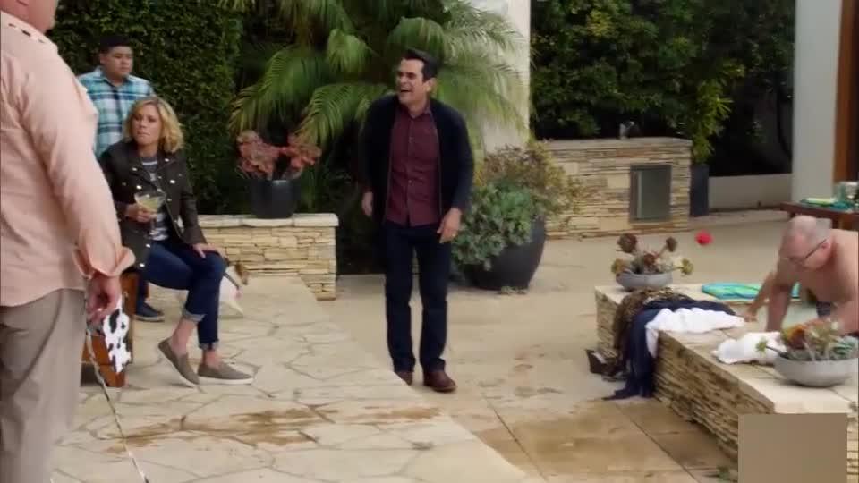 家庭在泳池边聚会,狗水中,他们的到来会增添什么乐趣?