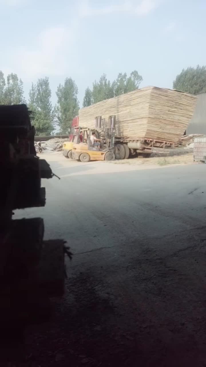 #卸车方式#史上最牛卸车方式,两台叉车同时一秒卸车,牛逼!