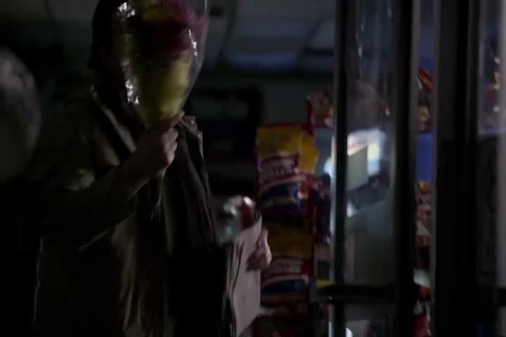 男子收拾店铺准备关门回家,途中遭到不明犯人的殴打?