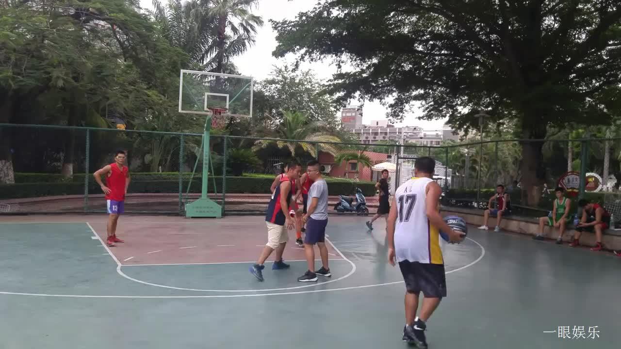 打篮球比赛最怕接不住球,看,这球赛打得够激烈,就是球不受控制