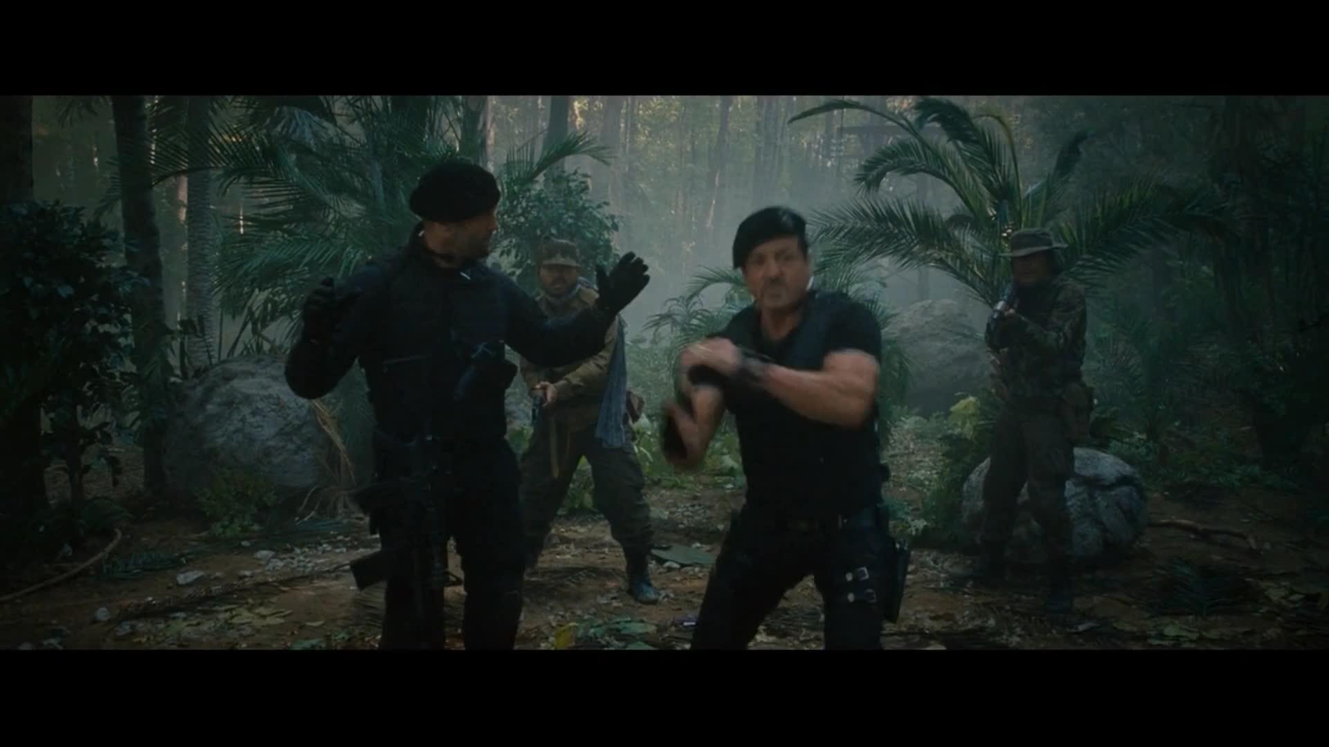 《敢死队2》看到这巴雷特的威力,我才知道什么叫爆头。