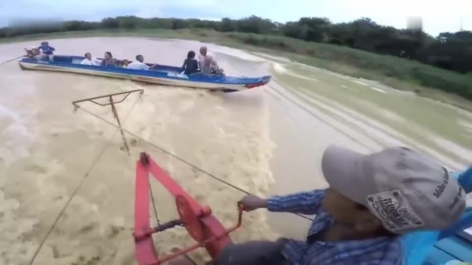 女子算不算幸运之人 螺旋桨贴着她头皮飞过, 镜头拍下惊险瞬间