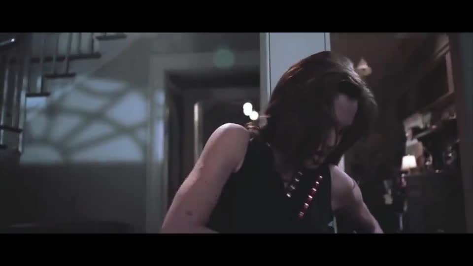 #经典看电影#这是什么神仙电影,小伙回家就拿枪和老婆对轰,真是谁也不放过谁