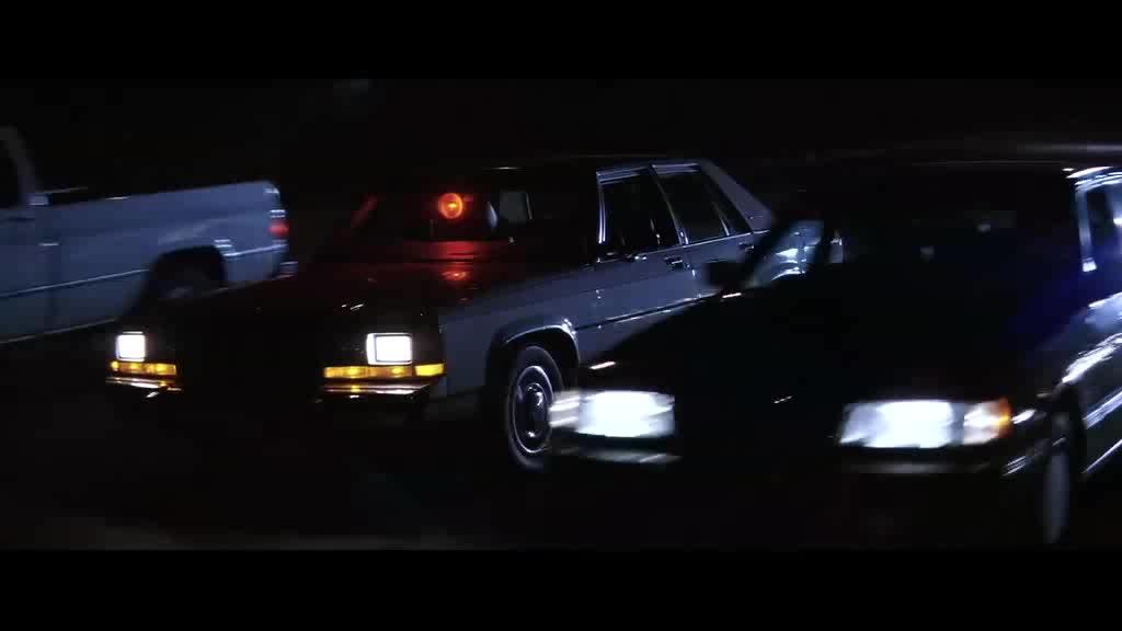 男子放下运输车上的汽车阻挡警车靠近