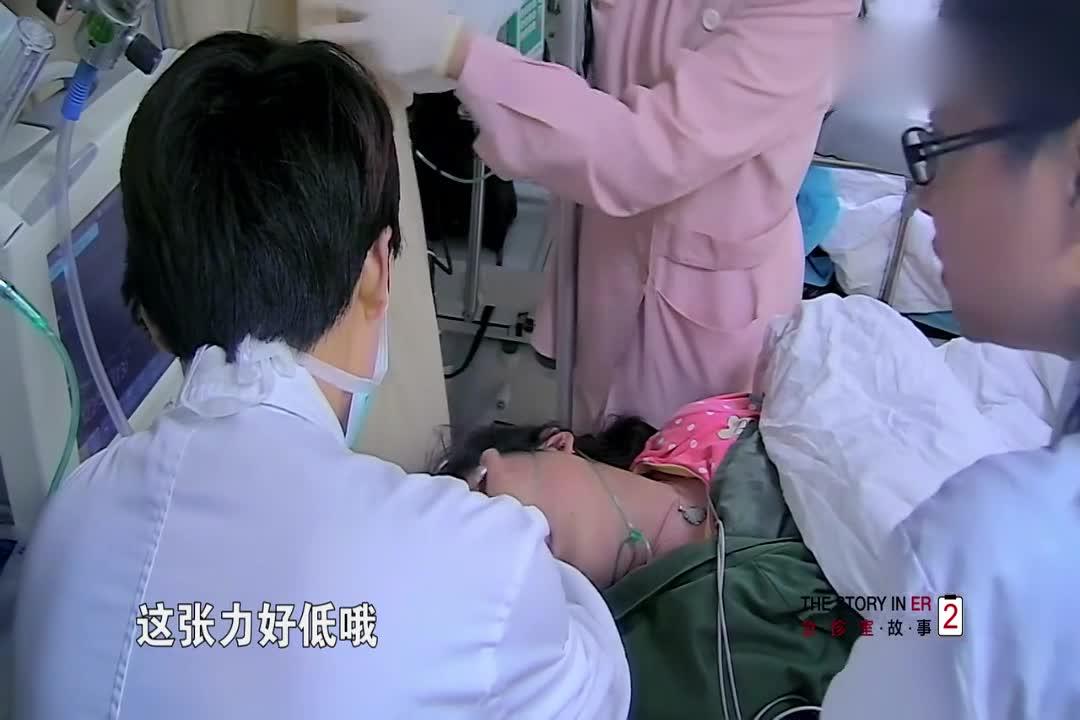 医院来了一个年轻女性,口吐白沫不知道怎么了