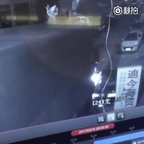 疯狂大货车连撞30多辆轿车 监控看得人心惊肉跳