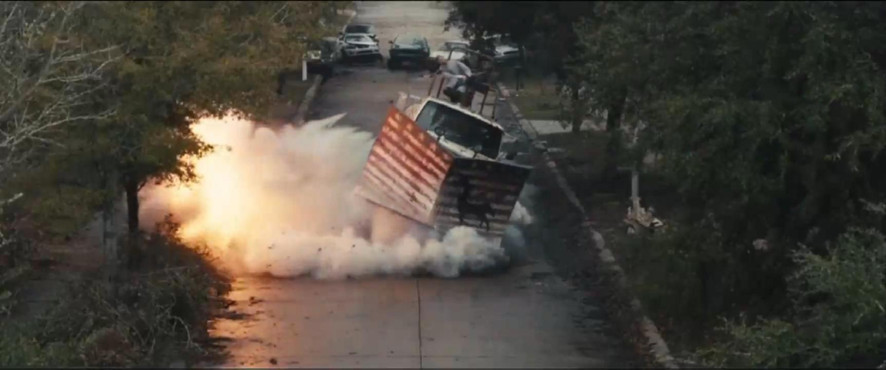 #经典看电影#装甲卡车架上重机枪横行霸道,却被一条钢丝绳绊倒