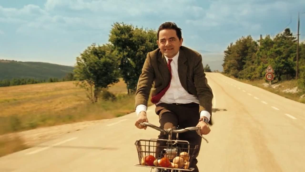 有汽车带动速度,憨豆轻松超过自行车赛车手,很是刺激