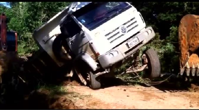 越帮越忙:挖掘机救援受困卡车结果把前桥拽坏