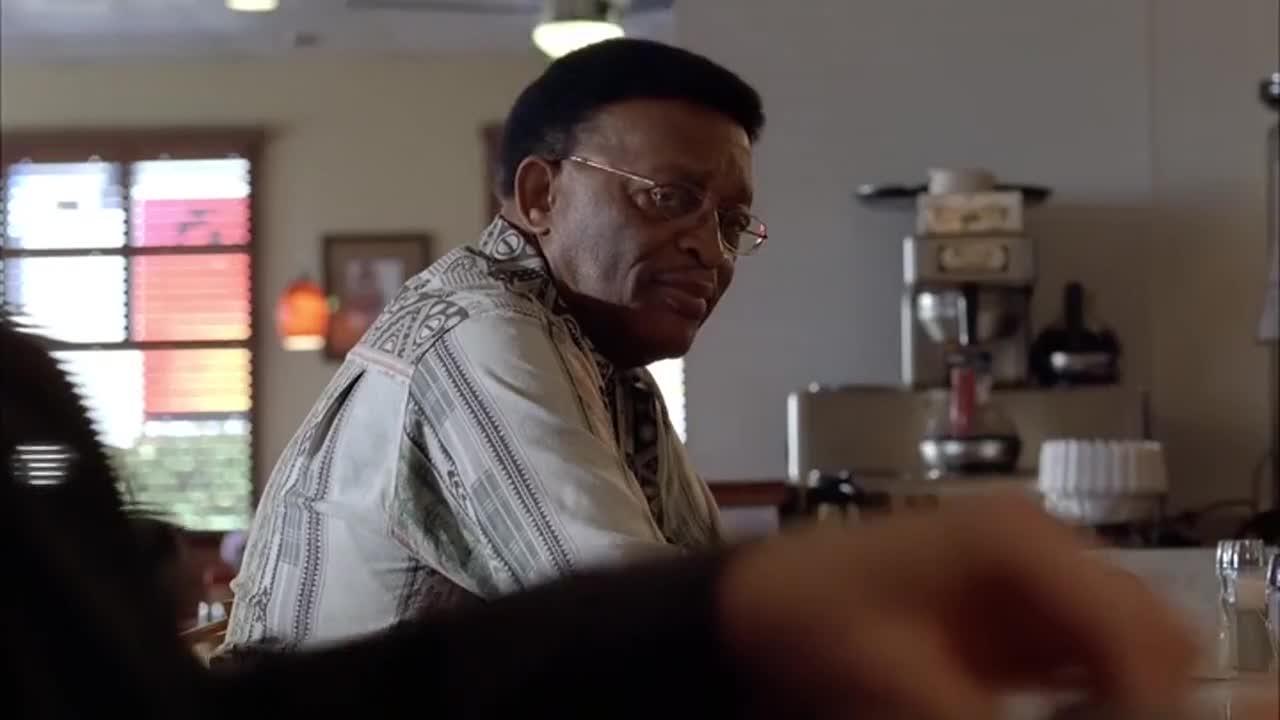 穷困潦倒的沃尔特在餐厅吃饭,因为生日原因并获得免餐,好凄惨