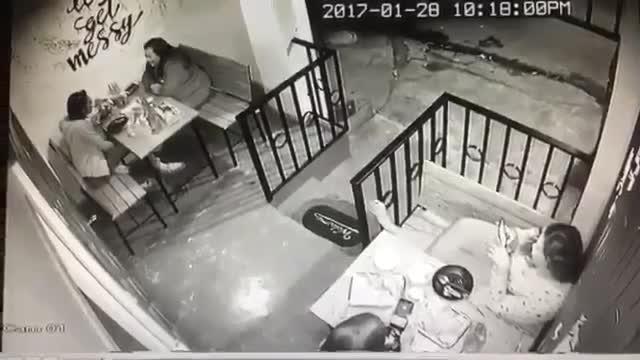 恐布实拍!一班贼人持枪闯进咖啡厅,结果下一秒?