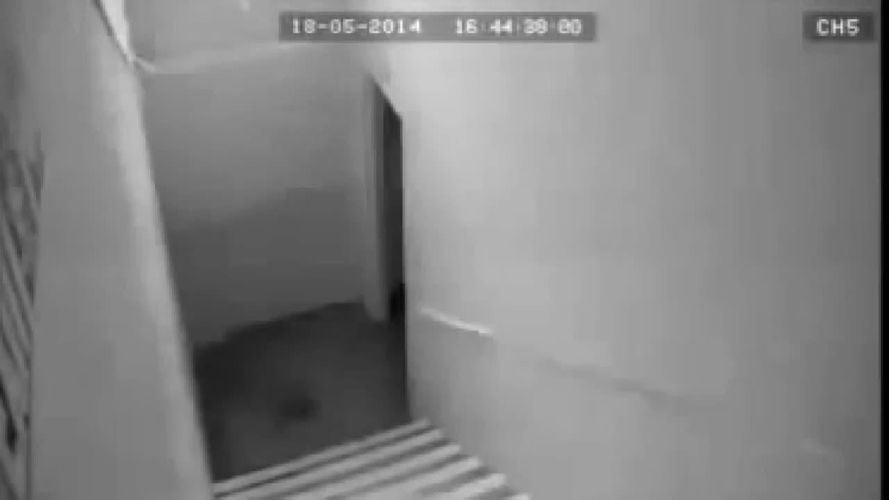 真正的幽灵攻击女孩,诡异可怕的视频画面!