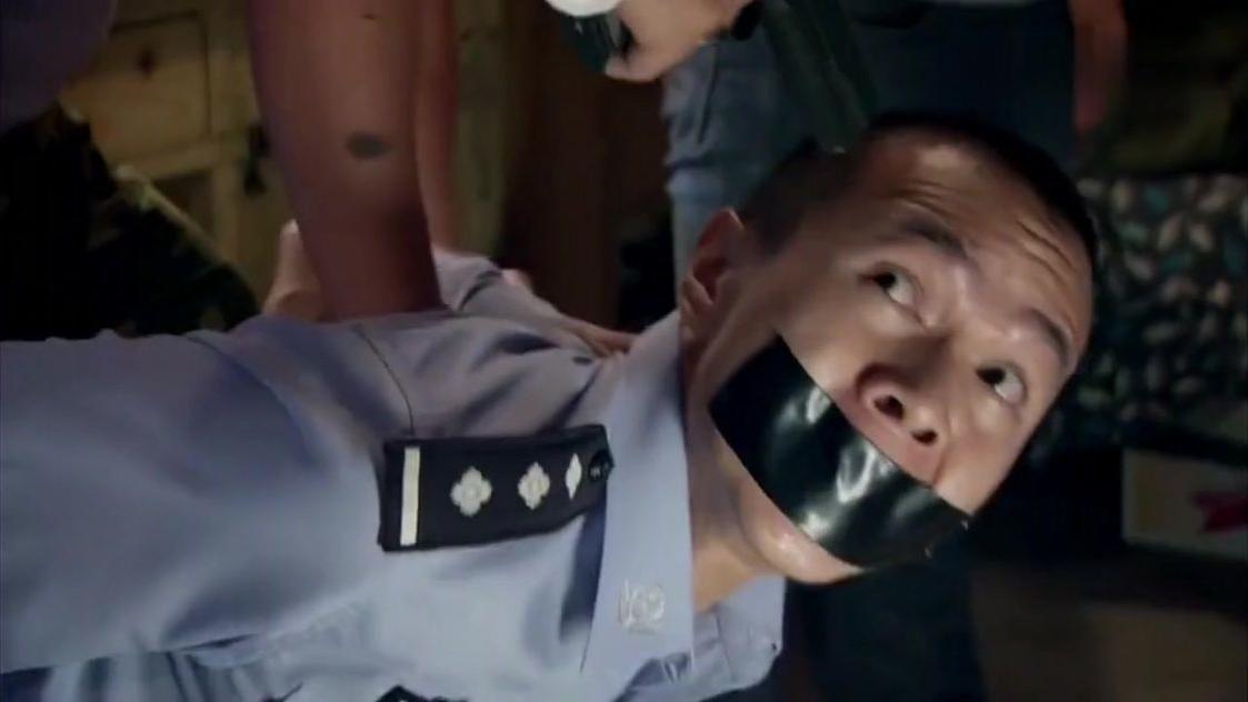 #影视烩#罪犯用假警察试探卧底,卧底竟敢真开枪,假警察被吓懵!