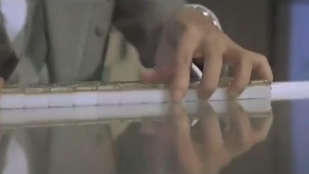 #电影片段#机器人的磁力吸牌,让千王心里不安,只好先露两手