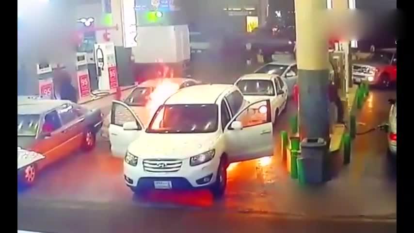 去加油站加油,发现情况不对,车不要了赶紧跑!