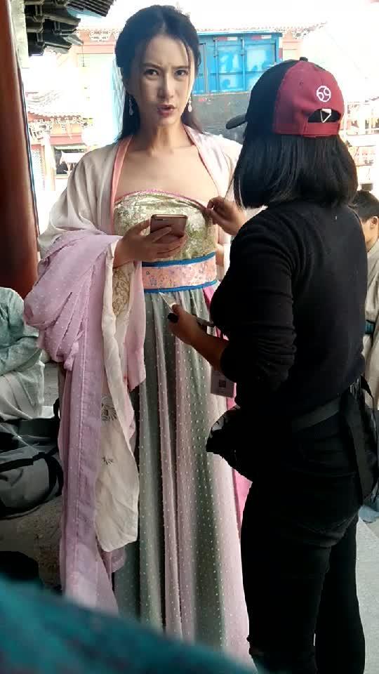 剧组做服装就是好,可以帮美女穿衣服,请问你们剧组还要人吗