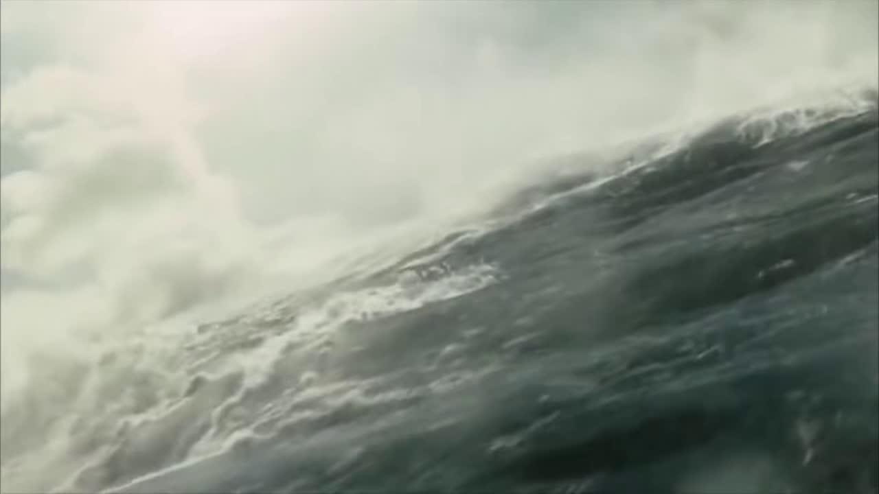超级巨浪不能等着让它拍过来,而是越过它