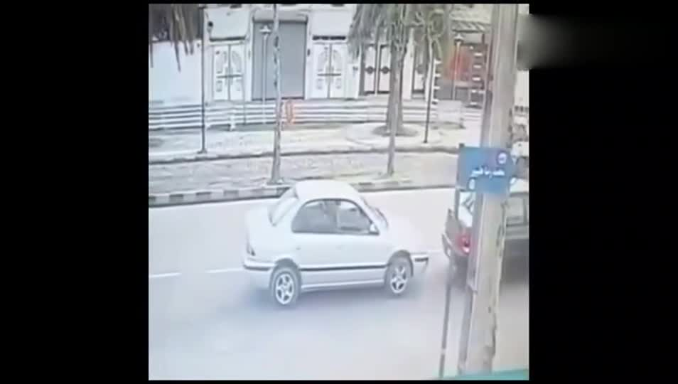#车祸#摩托车追尾小轿车,男子这是要坐顺风车的节奏