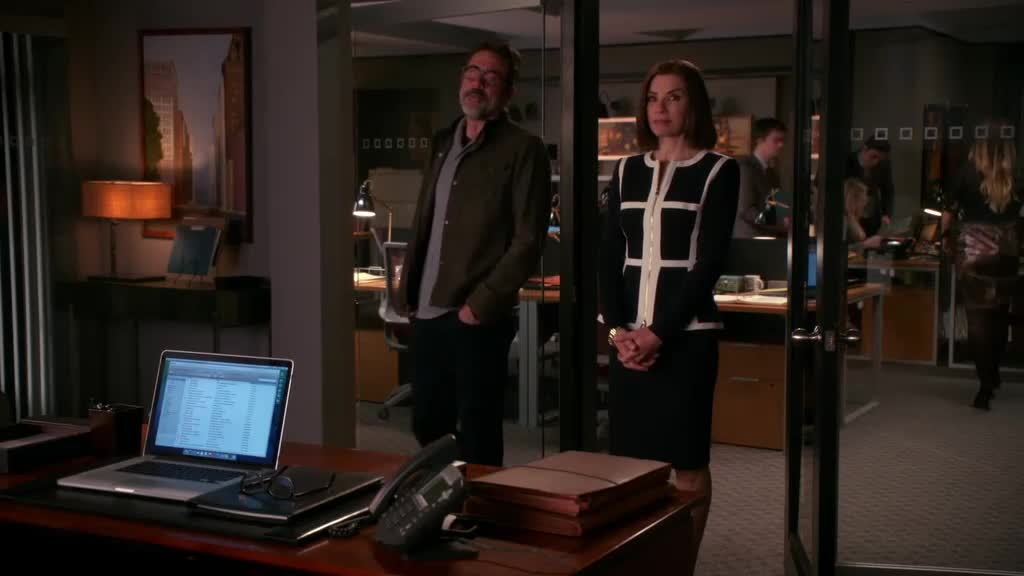 女子向大叔展示新办公室 ,椅子却是歪的,他们聊了啥?