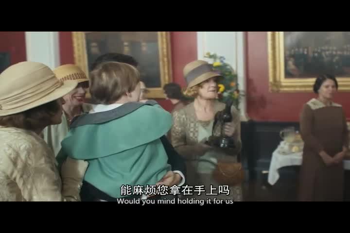 所有来宾都在送祝福给男子,男子询问查理,四处寻找