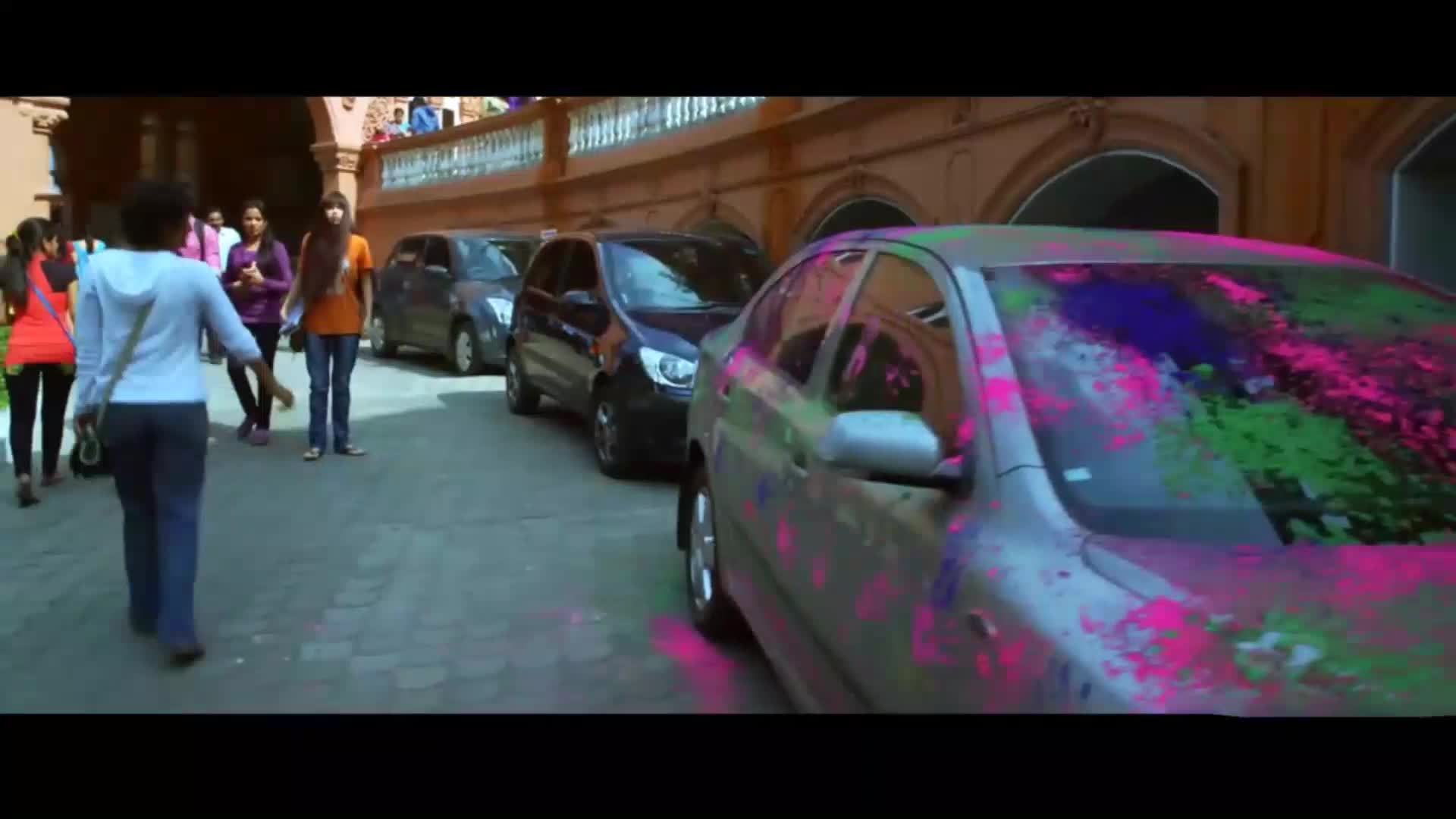 女孩放学看到车子被恶搞,男孩泼女孩一脸水,女孩微笑