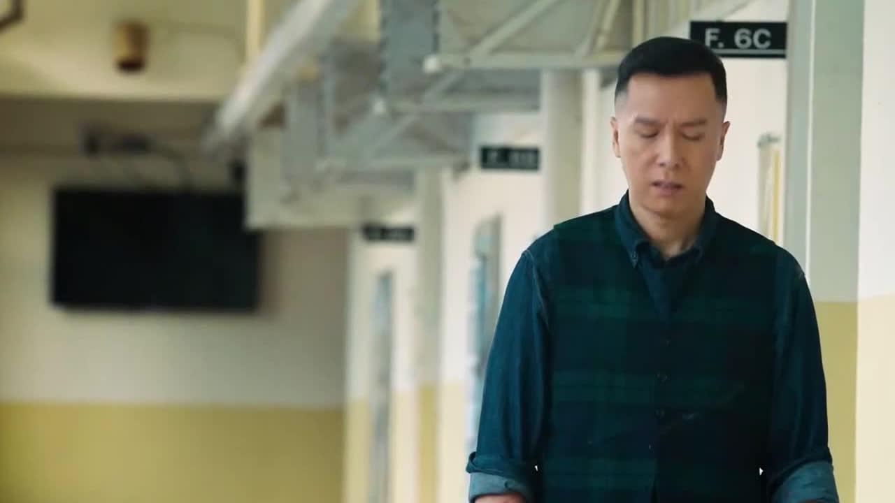 最后老师默默离开,同学们也进入了考场,讲述了真善美