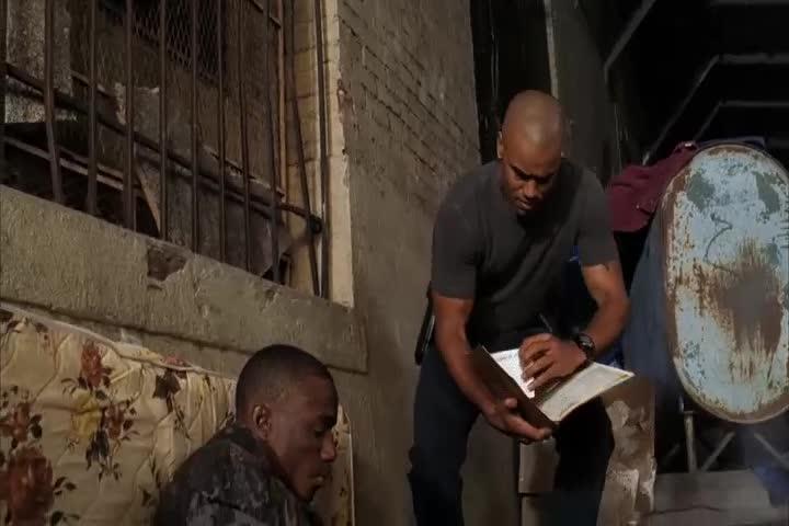 美女警探进入贫困区,里面的人凶神恶煞,吓的她不敢说话