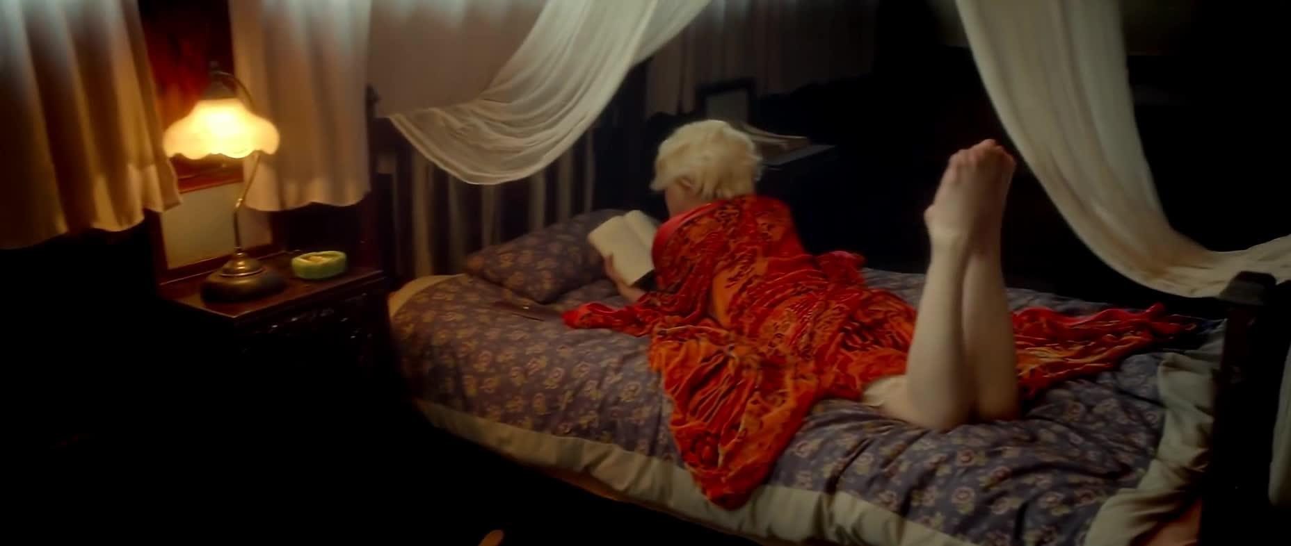 #经典看电影#敲门这么香烟的女子在床上半裸,阮经天不心动吗