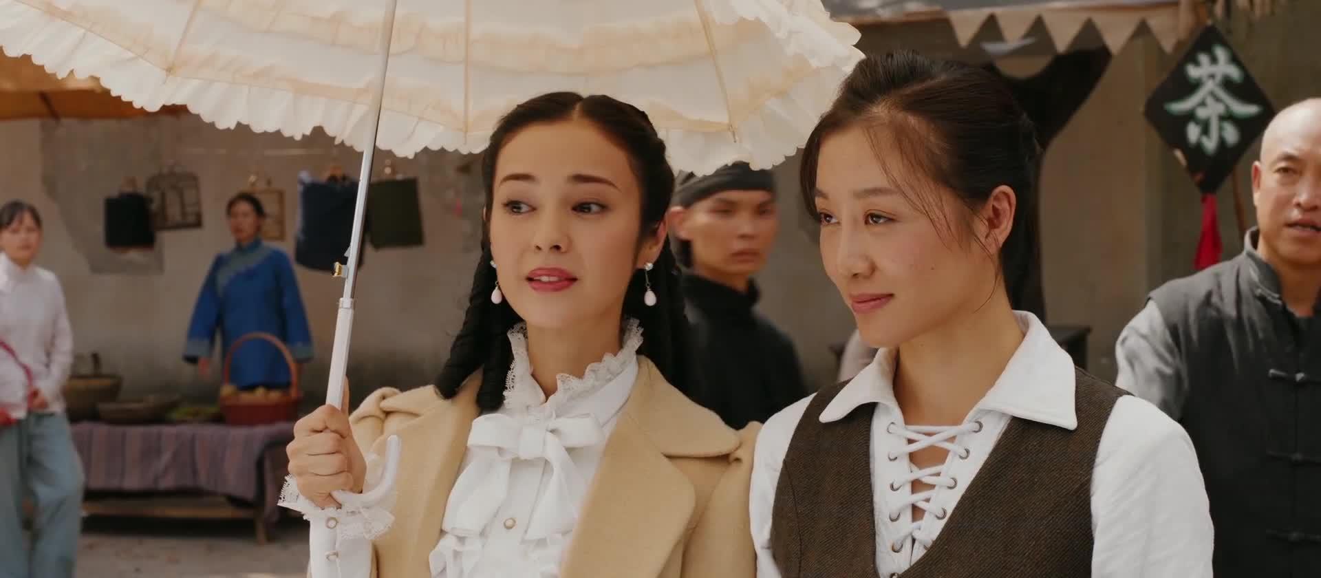 十三姨和路小月楚门逛街看表演,中国文化好丰富