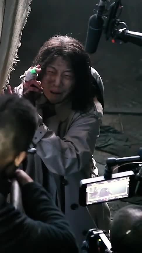 #搞笑#张译在电影《八佰》片场飙哭戏,导演都被传染落泪了