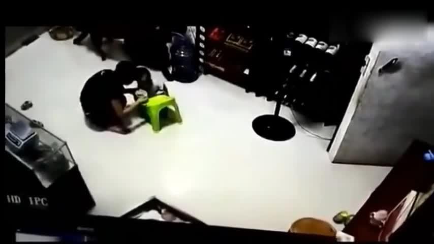 #车祸#女子正在哄宝宝吃饭,突然一轿车开进屋中,监控拍下这可怕一幕