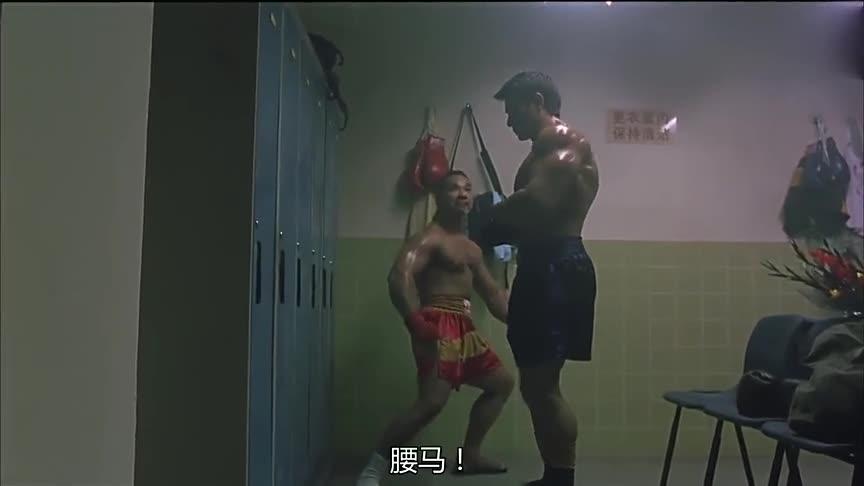 拳王在休息室向对手示威,小伙一出手,就吓到了