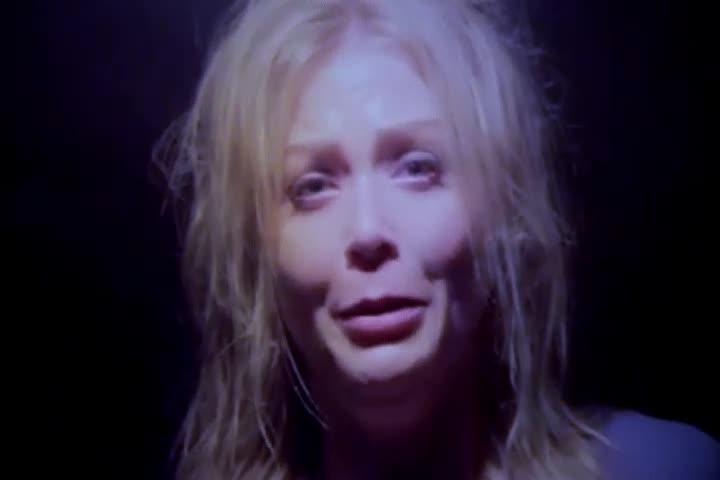 女子被绑架后痛哭,直言:快汇2000万美金,不然我会死