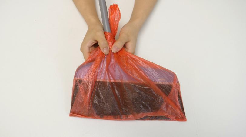 #扫把,生活小窍门#扫了20多年地才知道,扫把上套个塑料袋,解决了家家户户大难题