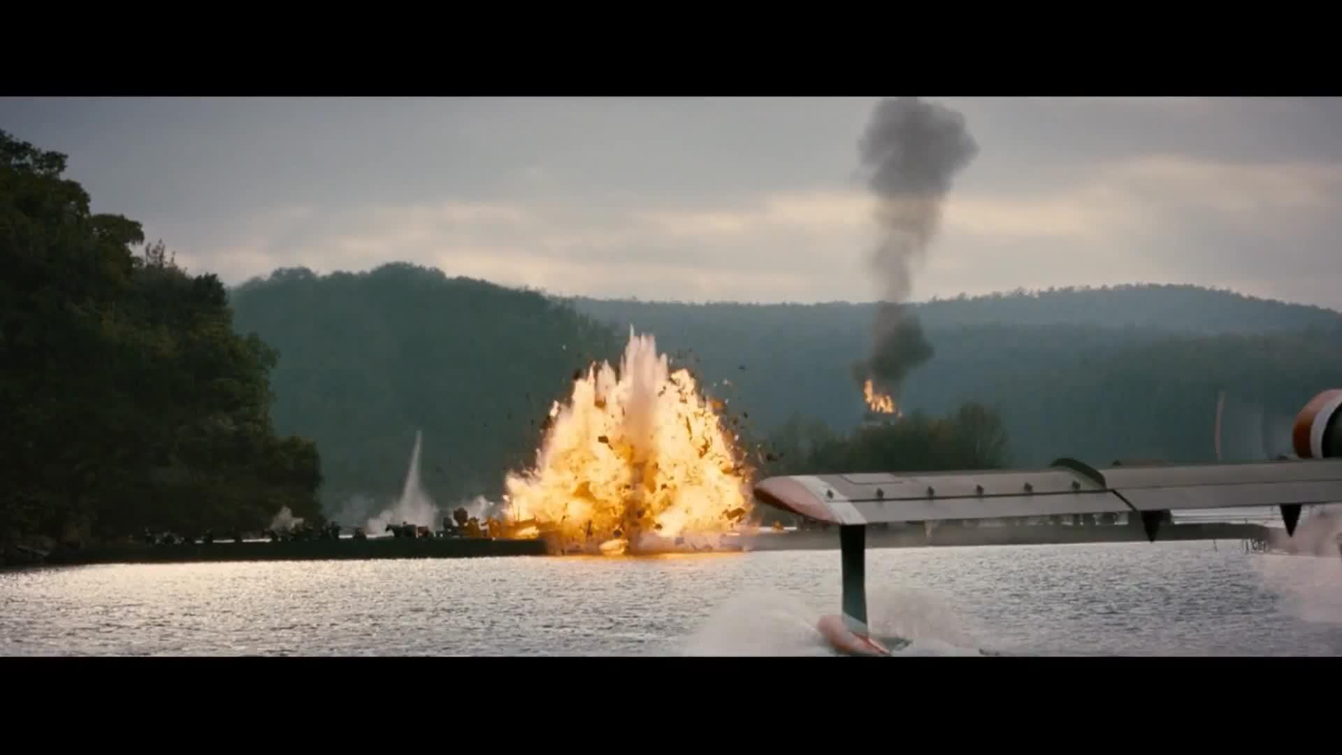 《敢死队2》史泰龙开飞机的技术太牛了