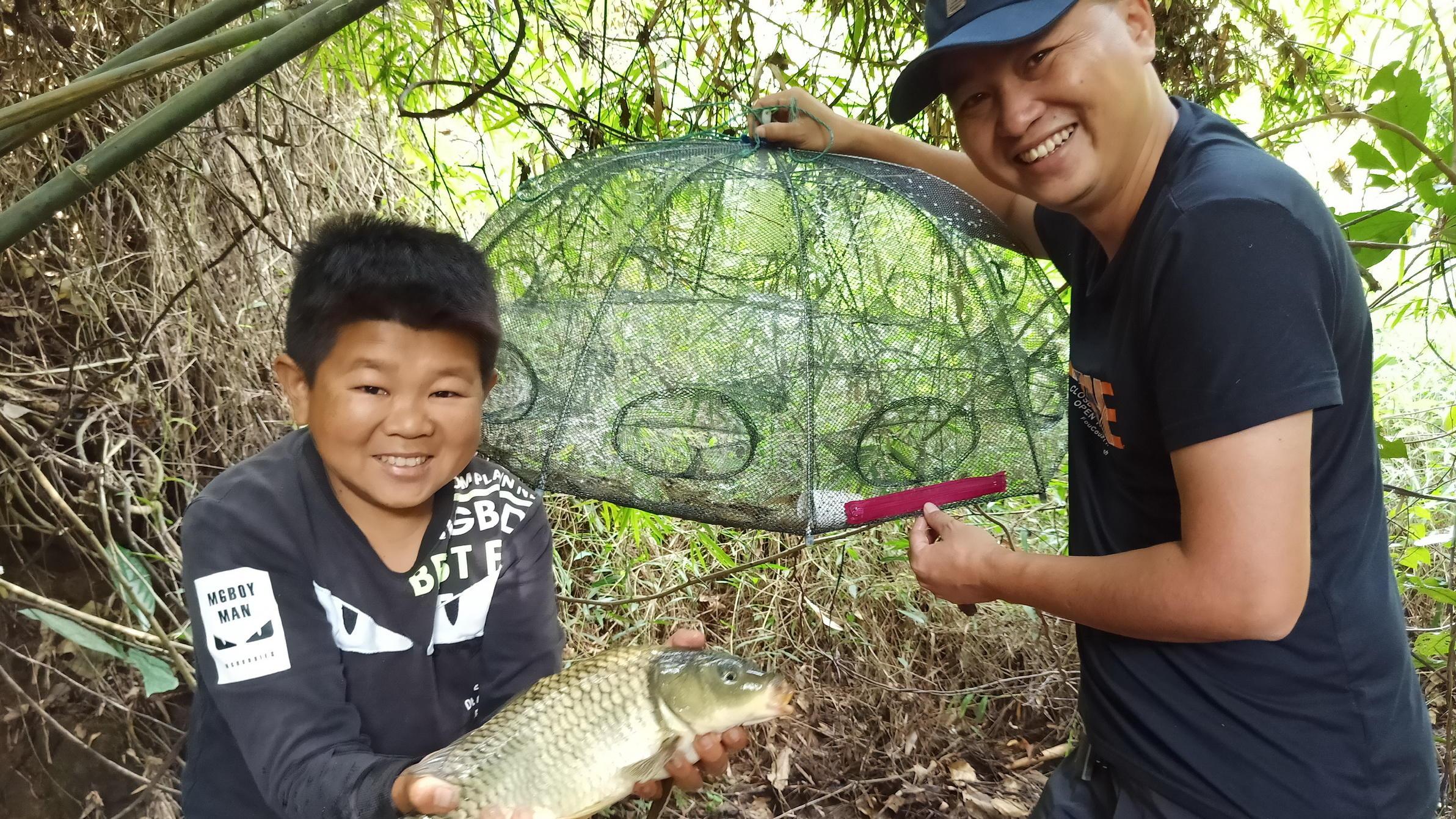 小六四哥来收鱼笼,不光有河虾,还意外收获一条大鲤鱼