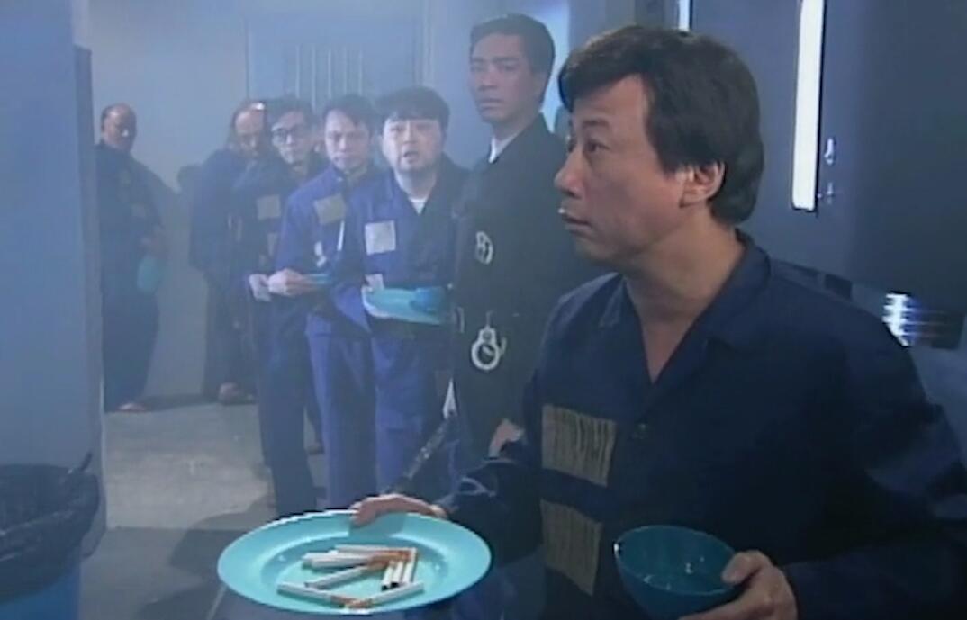#经典看电影#小伙来到一个吸烟的世界,不会吸烟的会被抓进监狱,午饭直接发烟