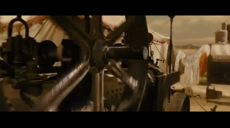 摩天轮上打架,真是少见,一群人往上爬