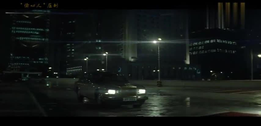 #经典看电影#无间道2:吴镇宇在广场刚一交易完,瞬间警笛响起被捕!