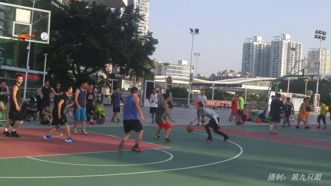 小伙子们打篮球比赛,快速抢球投篮够激烈,到最后才终于进了一球