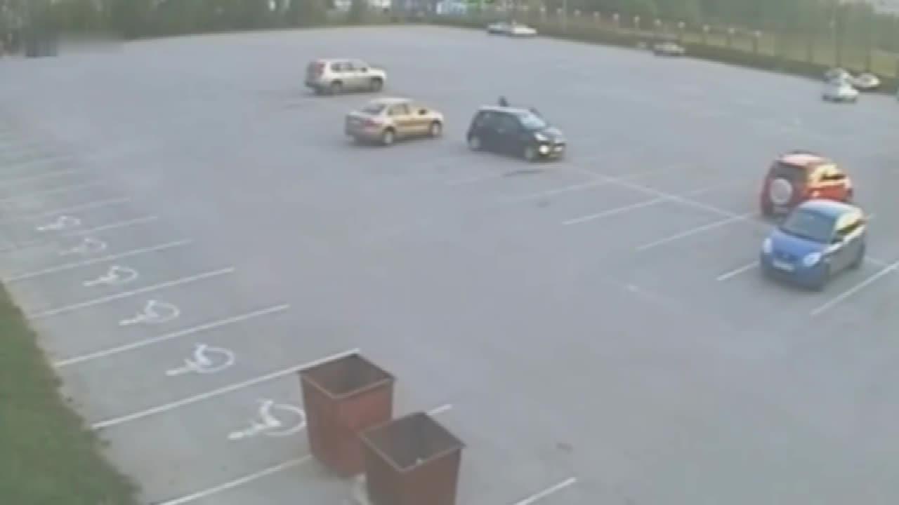 如此宽阔的停车场, 还能把车开成这样, 这种司机已经没救了