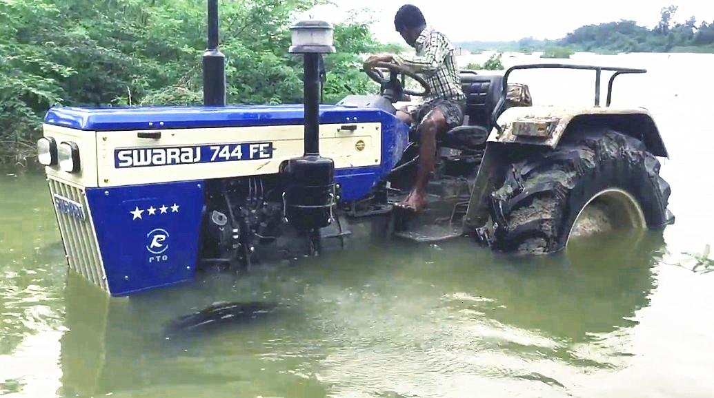印度人有点懒,洗拖拉机直接开河里,水里上下几回就洗好了