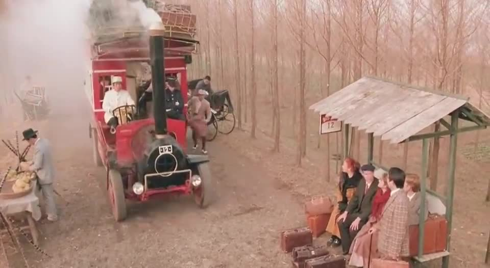 #经典看电影#少妇假装男人坐洋鬼子的汽车,不料洋鬼子不让坐,大哥一句话就好使