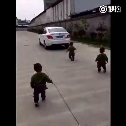 爸爸要去上班,三胞胎跟着车追了很久,这大概就是最简单的幸福吧