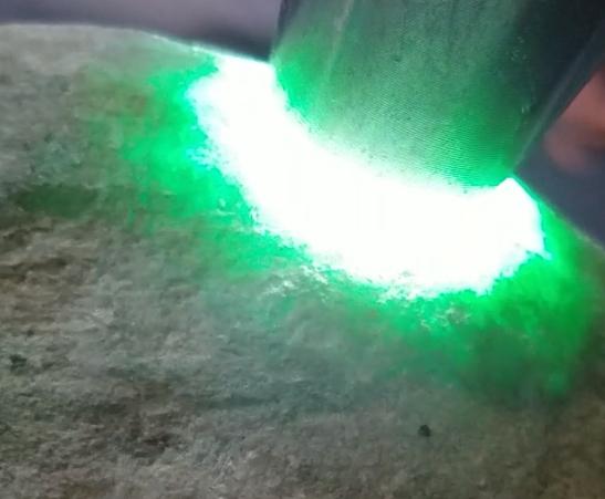 #搞笑趣事#某男子在网上五千元淘的一块翡翠原石,打灯有绿,切开后会如何?