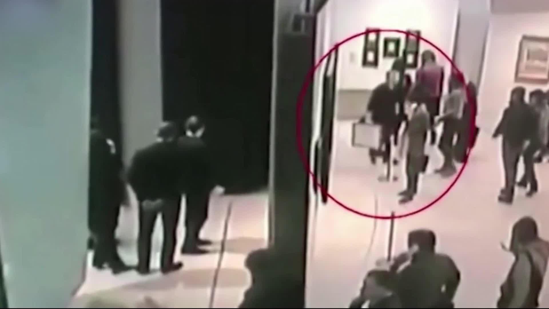 胆大包天!俄罗斯男子光天化日偷走名画