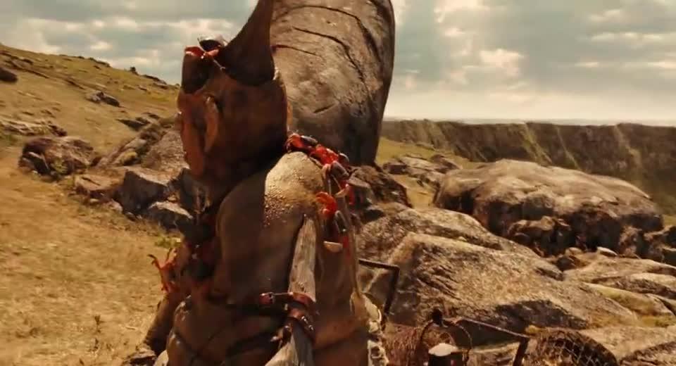 """#经典看电影#""""石头人""""躺在土里,可一听到有人吹哨子,立马就从土里坐了起来"""