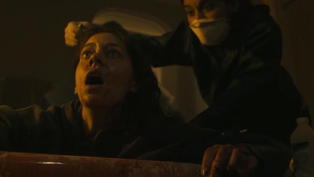#爆笑看电影#少女被陌生男人血液传染,寄生虫钻进身体,逐渐失去理智攻击人类