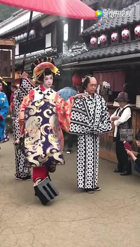 日本江户村看不懂的表演,网友:100米走半个小时,一个星期还没到家