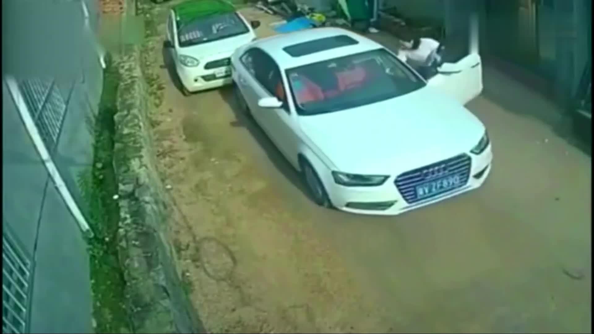 #车祸#监控拍摄:女司机尿急下车就跑,3秒后想上都上不了,后悔不已!